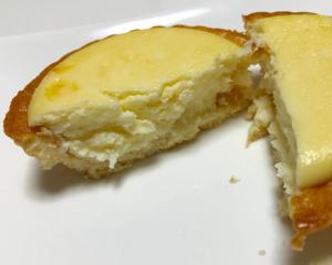 サークルKサンクスの新作スイーツ!3種のクリームチーズを使った「濃厚焼きチーズタルト」を食べてみた