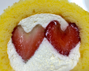 いい夫婦の日(11月22日)はローソンのプレミアムロールケーキがハート型いちご2個のせにグレードアップ!