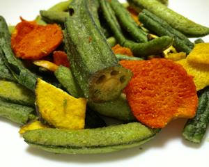 三代目茂蔵の野菜チップスは大きなオクラ入りで美味しい