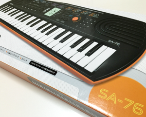 子供用にカシオの「電子ミニキーボード 44鍵盤 SA-76」を買いました